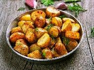 Печени пресни картофи соте с масло, червен пипер, копър и чесън на фурна в йенска тенджера / стъкло / съд